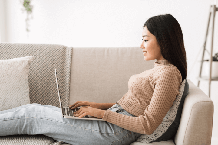 woman-using-laptop-sofa-forgetting-curve